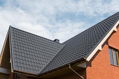 Dach mit dunklen Schindeln