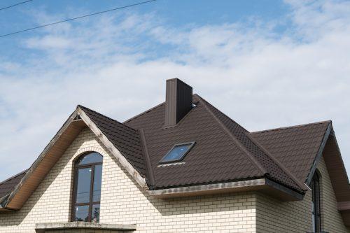 Haus mit neuem Dach in dunkler Optik